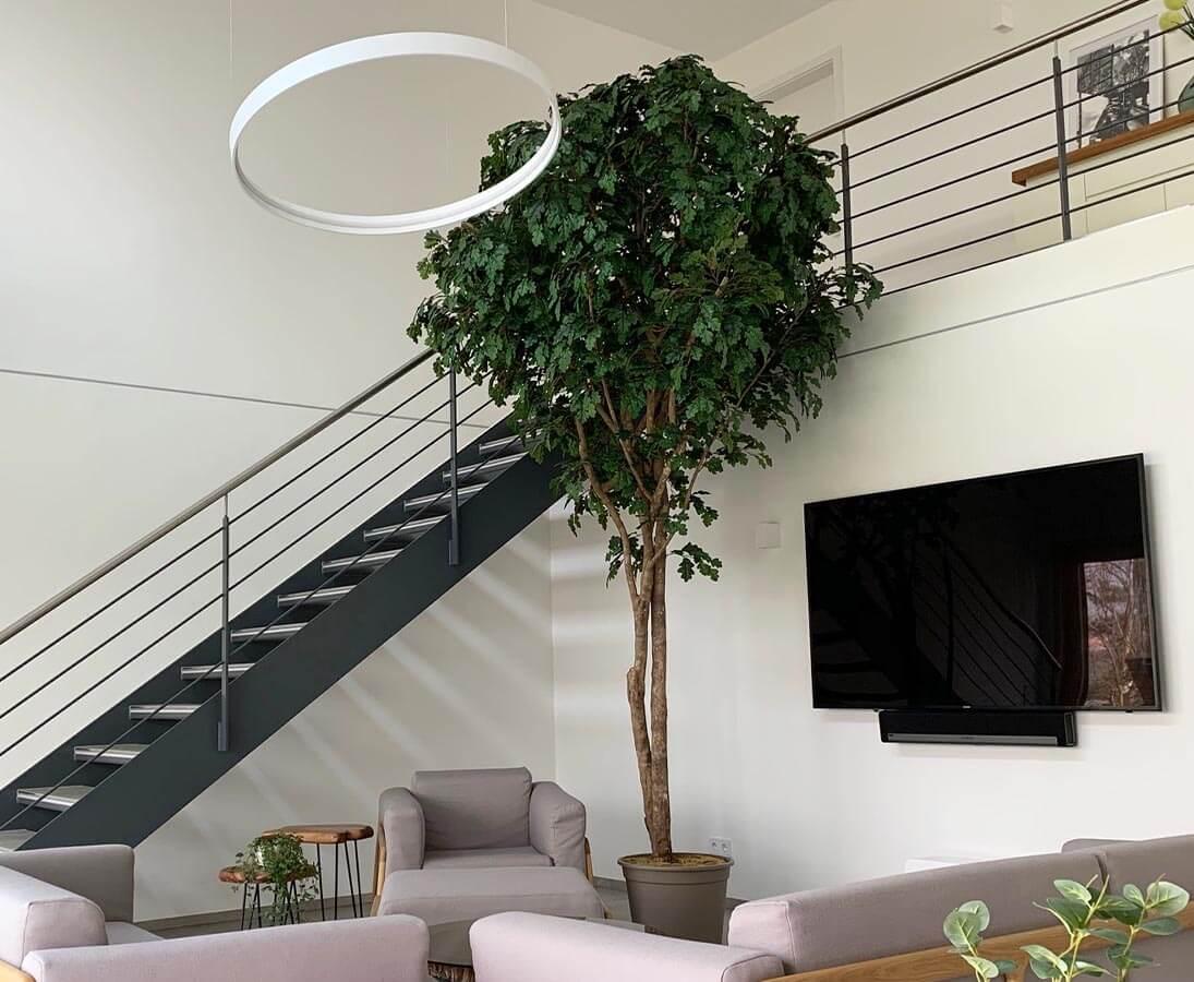 Kunstbaum als Dekoration im Wohnzimmer